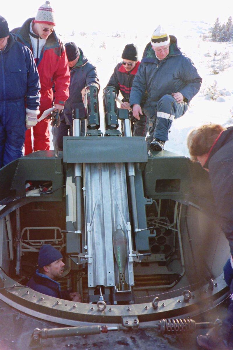 Испытания в 1996 году в Швеции механизма дульного заряжания для 120-мм двухствольного самоходного миномета. Предположительно, данный механизм заряжания используется в минометной системе Mjölner.