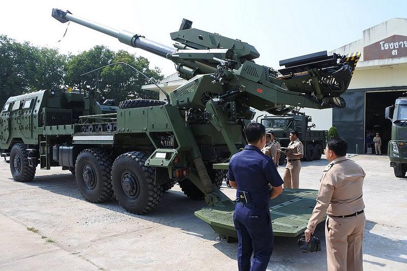 Командование морской пехоты Таиланда осматривает один из собранных на предприятии Weapon Production Centre (WPC) для армии Таиланда образцов израильской 155-мм/52 самоходной гаубицы Elbit Systems ATMOS на колесном шасси Tatra T815 VVN (6х6). Бангкок, декабрь 2015 года.