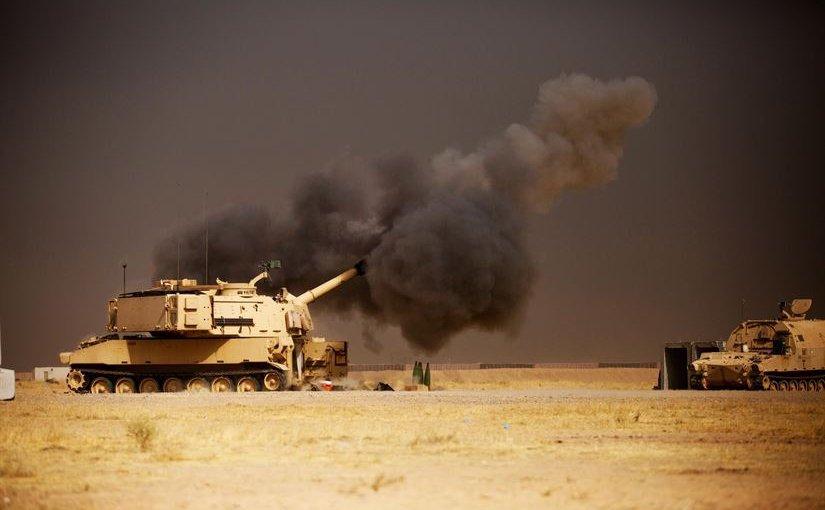 """155-мм самоходная гаубица М109А6 Paladin армии США ведет огонь по позициям боевиков """"Исламского Государства"""" близ Мосула в Ираке, 17.10.2016."""