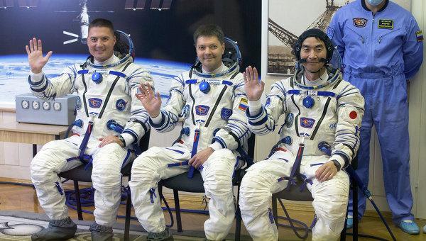 Участники основного экипажа транспортного пилотируемого корабля Союз ТМА-17М 44/45: астронавт Кимия Юи, космонавт Роскосмоса Олег Кононенко и астронавт НАСА Челл Линдгрен.