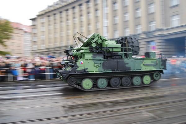 """Самоходная установка разведки и наведения 1С91 зенитного ракетного комплекса средней дальности 2К12 """"Куб"""" на военном параде в Праге в честь 90-летия независимости Чехословакии, 2008 год."""
