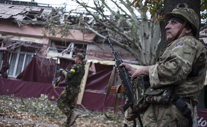 """2014 год. Украинские солдаты из батальона """"Донбасс"""" в деревне Марьинка возле Донецка."""
