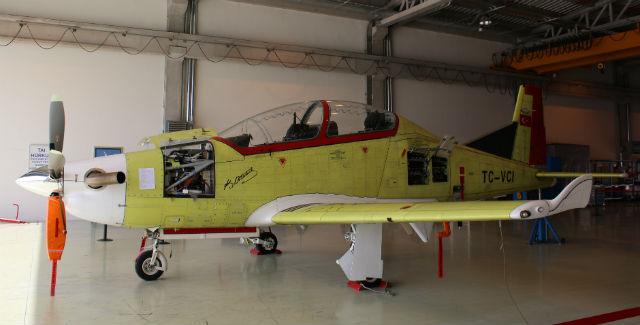 Турецкий учебный самолет Hurkus с вертикальными законцовками.