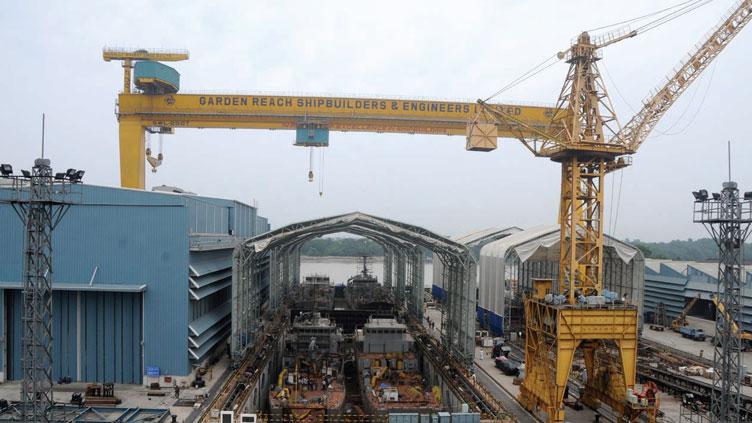 250-тонный главный козловый подъемный кран Goliath индийского судостроительного предприятия Garden Reach Shipbuilders & Engineers (GRSE) до обрушения. Видны оба сухих строительных дока (уже с частичным перекрытием) и корпусный цех (на этом снимке он слева).