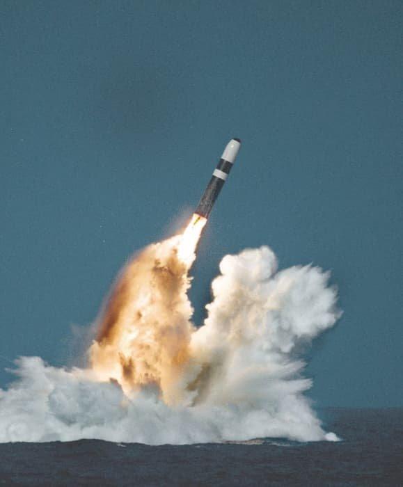 Испытательный запуск баллистической ракеты ВМС США «Трайдент» II D5 из подводной лодки в Атлантическом океане с «коннекторным кожухом», напечатанном на 3D принтере.