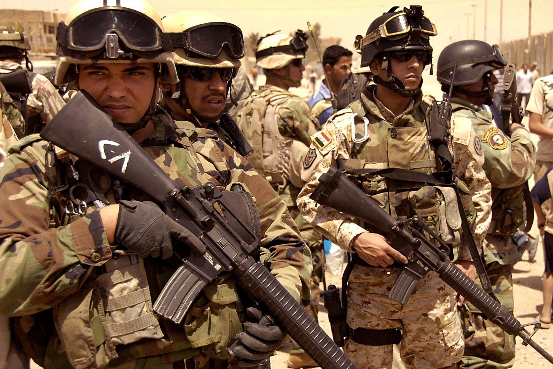 Иракские военнослужащие с винтовкой M16.