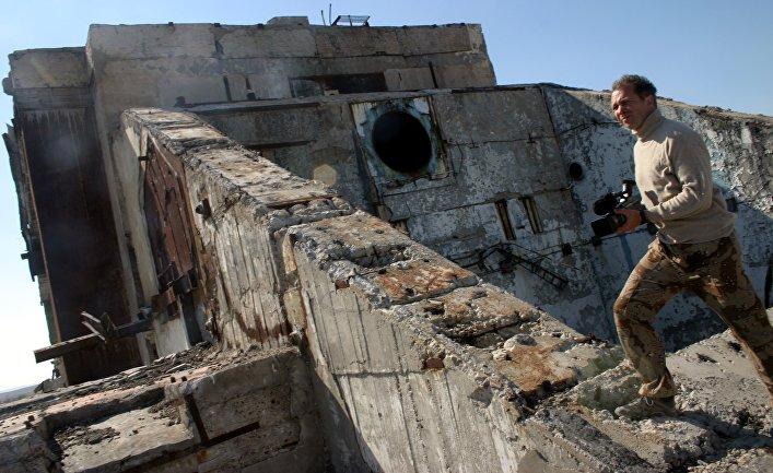 Остатки здания разрушенной лазерной боевой испытательной станции 5Н76 полигонного комплекса Терра-3 на казахстанском полигоне Сары-Шаган.