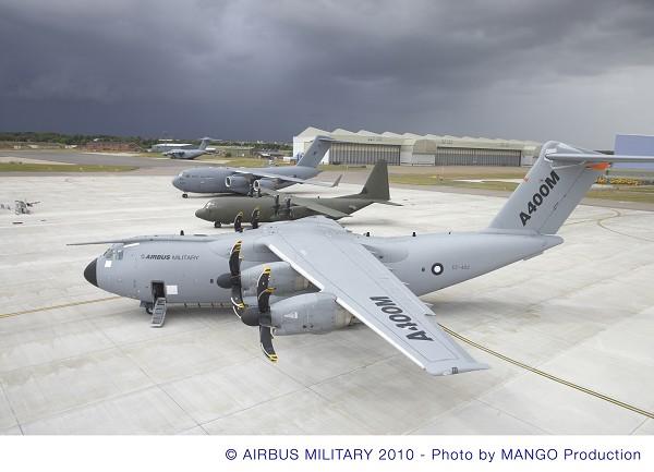 На фото отображен уникальный момент, когда А400М (на переднем плане) оказался рядом с транспортными самолетами, которые будут эксплуатироваться в королевских ВВС Великобритании – С-130J (в центре) и C-17 (на заднем плане).