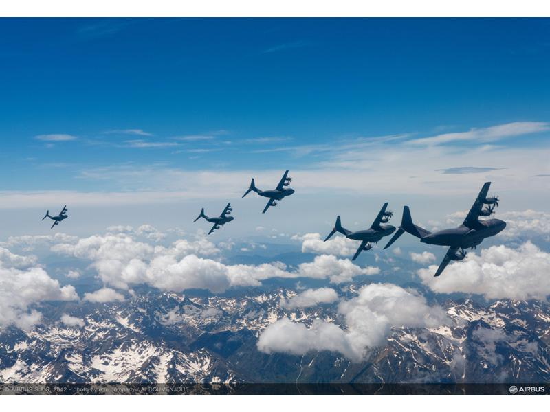 Пять самолетов А400М совершают испытательный полет над Тулузой (юго-запад Франции). Источник: www.mod.uk.