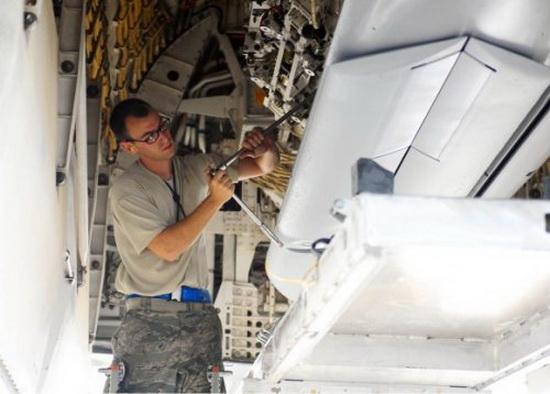 Подвеска КР AGM-158 JASSM во внутренний отсек оружия B-1B Lancer.