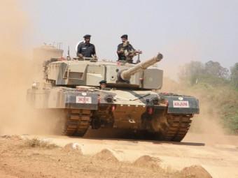 Ходовые испытания танка Arjun. Фото пользователя Ajai Shukla с сайта wikipedia.org.