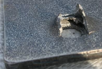 Фото обратной стороны пробитой пластины. Такие пластины выдерживают бронебойную пулю винтовки СВД.  Но пластину пробила пуля с покрытием Al+PTFE весом 22 грамма и разогнанная составным пороховым зарядом до скорости  520 м/сек.<br>.
