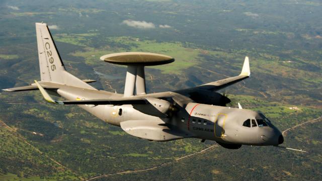 Модифицированный транспортный самолет С295, оснащенный вертикальными законцовками крыла. Источник: www.flightglobal.com.