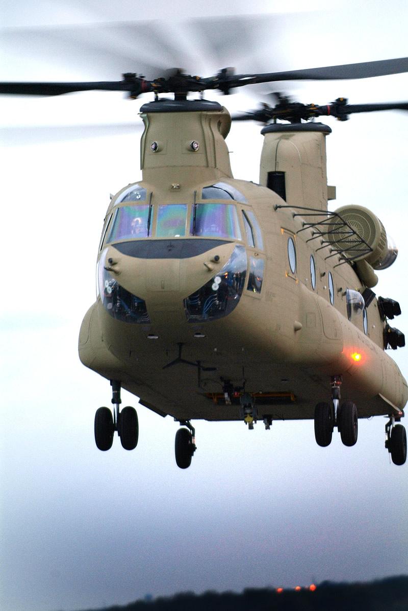 Транспортный вертолет CH-47 «Чинук» производства компании «Боинг».