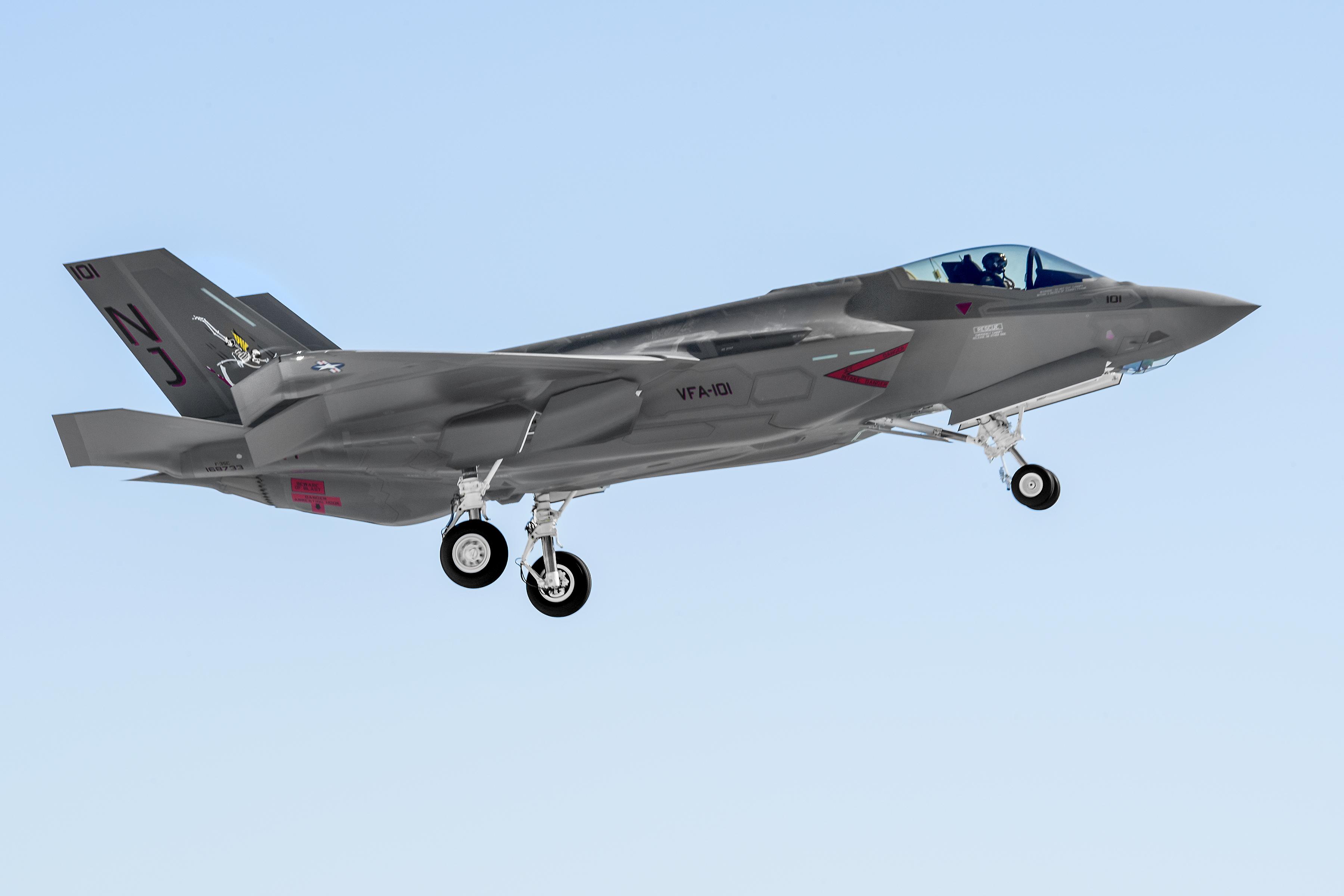 Первый серийный самолет F-35C (CF-6) авианосного базирования (CV). Источник: www.lockheedmartin.com.