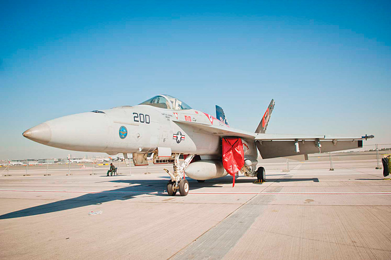 Истребитель F/A-18E Super Hornet. 12-й авиасалон Dubai Air Show. Фото с сайтов fightglobal.com и militaryphotos.net