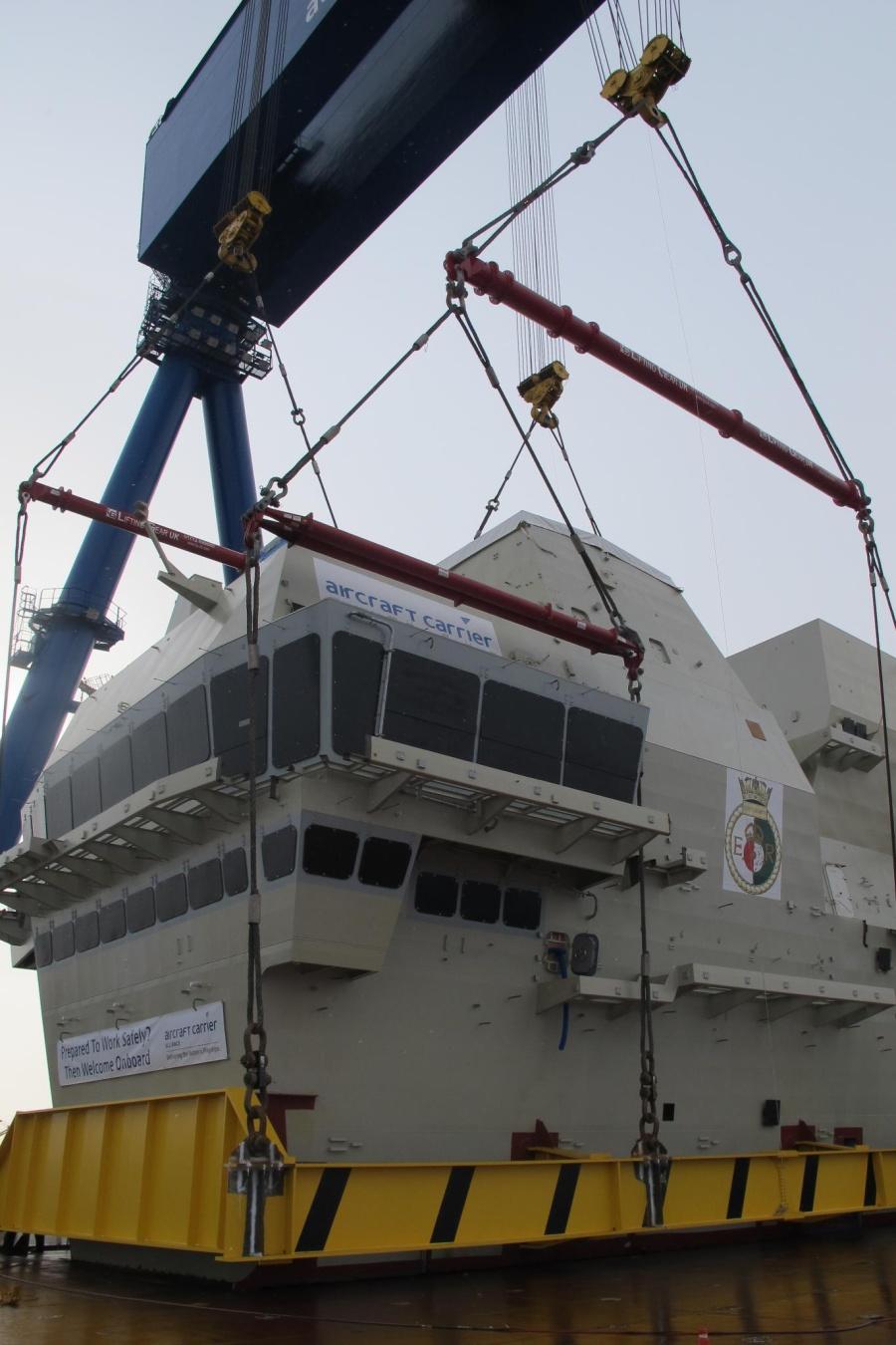 Установка 14 марта 2013г. на строящийся авианосец HMS Queen Elizabeth переднего «острова». Источник: www.meretmarine.com.