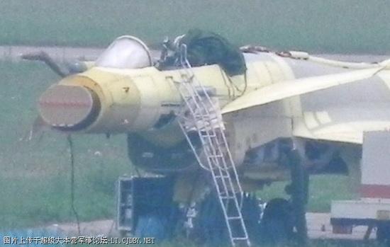 Истребитель J-10B cо снятым обтекателем носовой части, где видна плоская антенна РЛС.