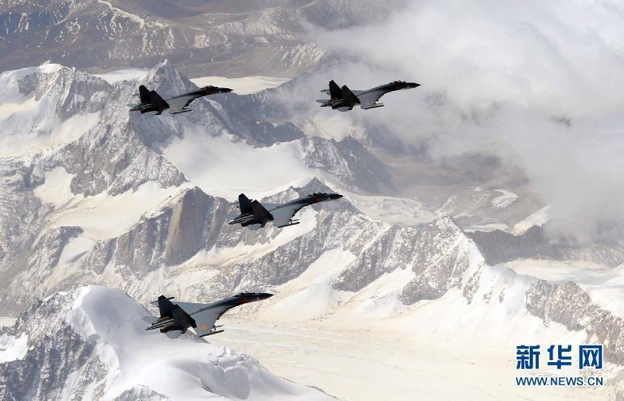 Китайские истребители J-11 совершают полет над Джомолунгмой – высочайшей вершиной мира (8848 м). Источник: english.people.com.cn.