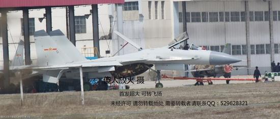 Китайский палубный истребитель J-15 Flying Shark («Летающая акула»).