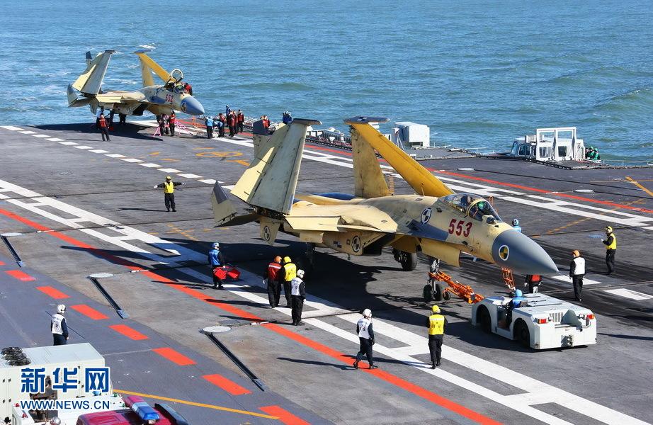 """Два истребителя J-15 на борту авианосца """"Ляонин"""". 23 ноября 2012. Источник: news.xinhuanet.com."""