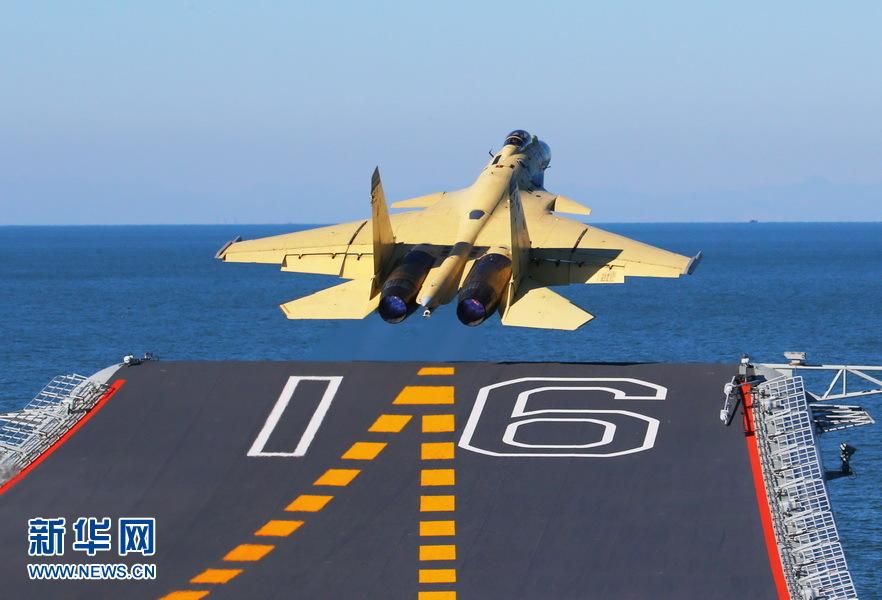"""Истребитель J-15 взлетает с авианосца """"Ляонин"""". 23 ноября 2012. Источник: news.xinhuanet.com."""