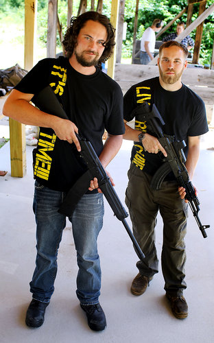 Owen Martin, left, with Josh Holmes, owns a gunsmith in Manchester, N.H., that specializes in Kalashnikov rifles. Фото из репортажа с завода «ИжМаш». The New York Times .
