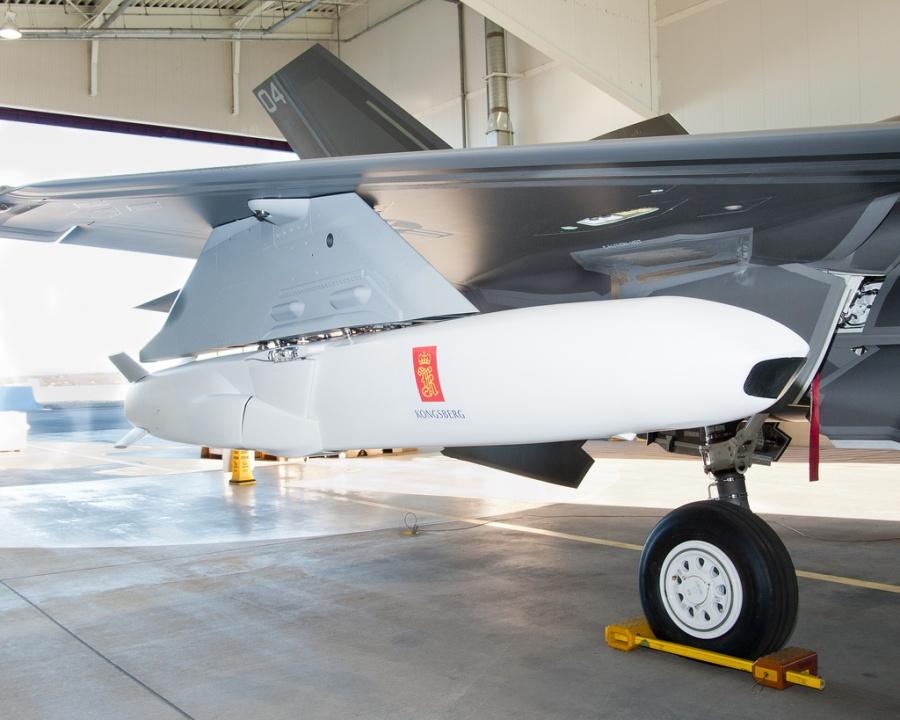 Противокорабельная ракета JSM (Joint Strike Missile) разработки норвежской компании Kongsberg для истребителя JSF (Joint Strike Fighter), установленная на опытный F-35 на заводе компании Lockheed Martin в Форт-Уорте (шт. Техас) 27 февраля 2013 года. Источник: theaviationist.com.