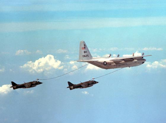 KC-130R_VMGR-252_refueling_Harriers_1978