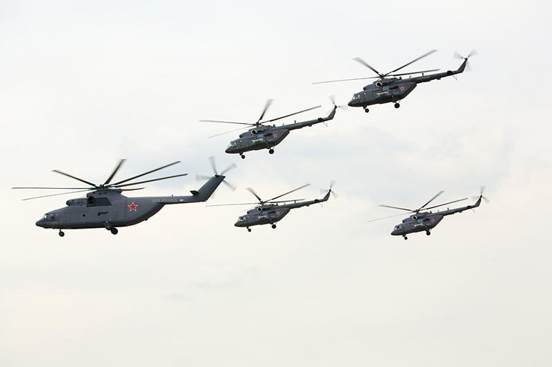 Транспортные вертолеты Ми-26Т2 и Ми-17. <br>100 лет ВВС России: Праздничное шоу в подмосковном Жуковском. Фото Александра Качкаева для &quot;Ленты.ру&quot;