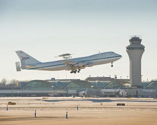 Беспилотный летательный аппарат Phantom Ray, пристыкованный на внешний надфюзеляжный пилон самолета Boeing-747  SCA (Shuttle Carrier Aircraft), принадлежащего NASA. .