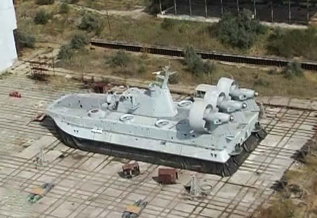 """Первый построенный для Китая на ФСК """"Море"""" малый десантный корабль на воздушной подушке проекта 12322 (украинское обозначение - проект 958). Феодосия, сентябрь 2012 года (с) 5 Канал украинского ТВ (via Donetskiy / forums.airbase.ru )."""