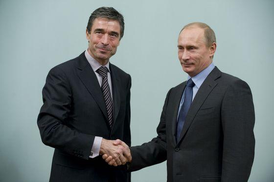 В. В. Путин и Андерс Фог Расмуссен. .