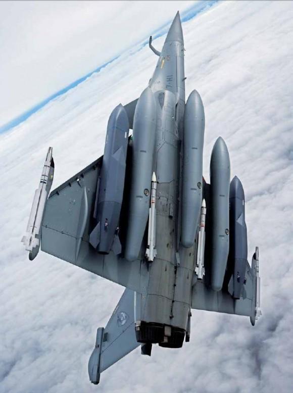 Многофункциональный истребитель Rafale.<br>Конфигурация полезных нагрузок: две крылатые ракеты, четыре УР «воздух-воздух» MICA и три внешних топливных бака объемом 2000 л каждый. .