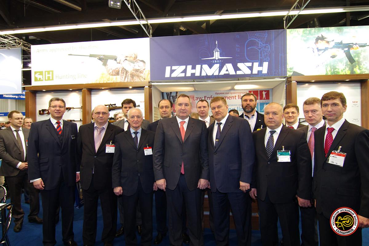 """Д.О. Рогозин во время посещения экспозиции НПО """"Ижмаш"""" на IWA& Outdoor Classic 2013 в Нюрнберге. Фото: ОАО """"НПО """"Ижмаш""""."""