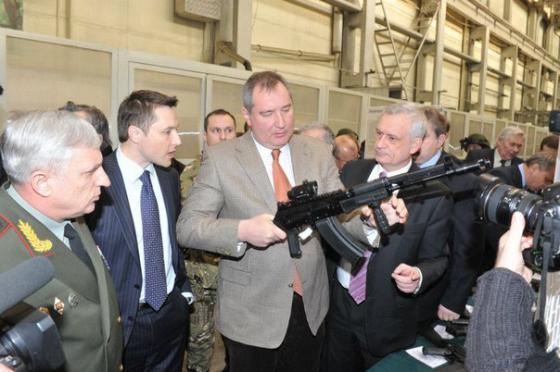 Дмитрий Рогозин с AK-107