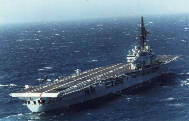 Бразильский авианосец A12 Sao Paulu (бывший французский авианосец R99 Foch, передан ВМС Бразилии в ноябре 2001 года), на котором китайские летчики будут отрабатывать взлет и посадку на самолетах A-4 Skyhawk и S-2T Turbo Trackers (по сообщениям других СМИ).