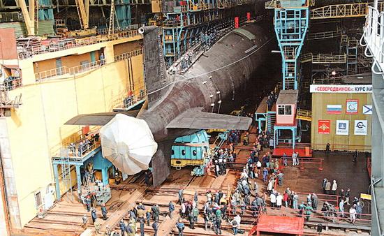 Вывод из эллинга завода первой многоцелевой подводной лодки нового поколения «Северодвинск».