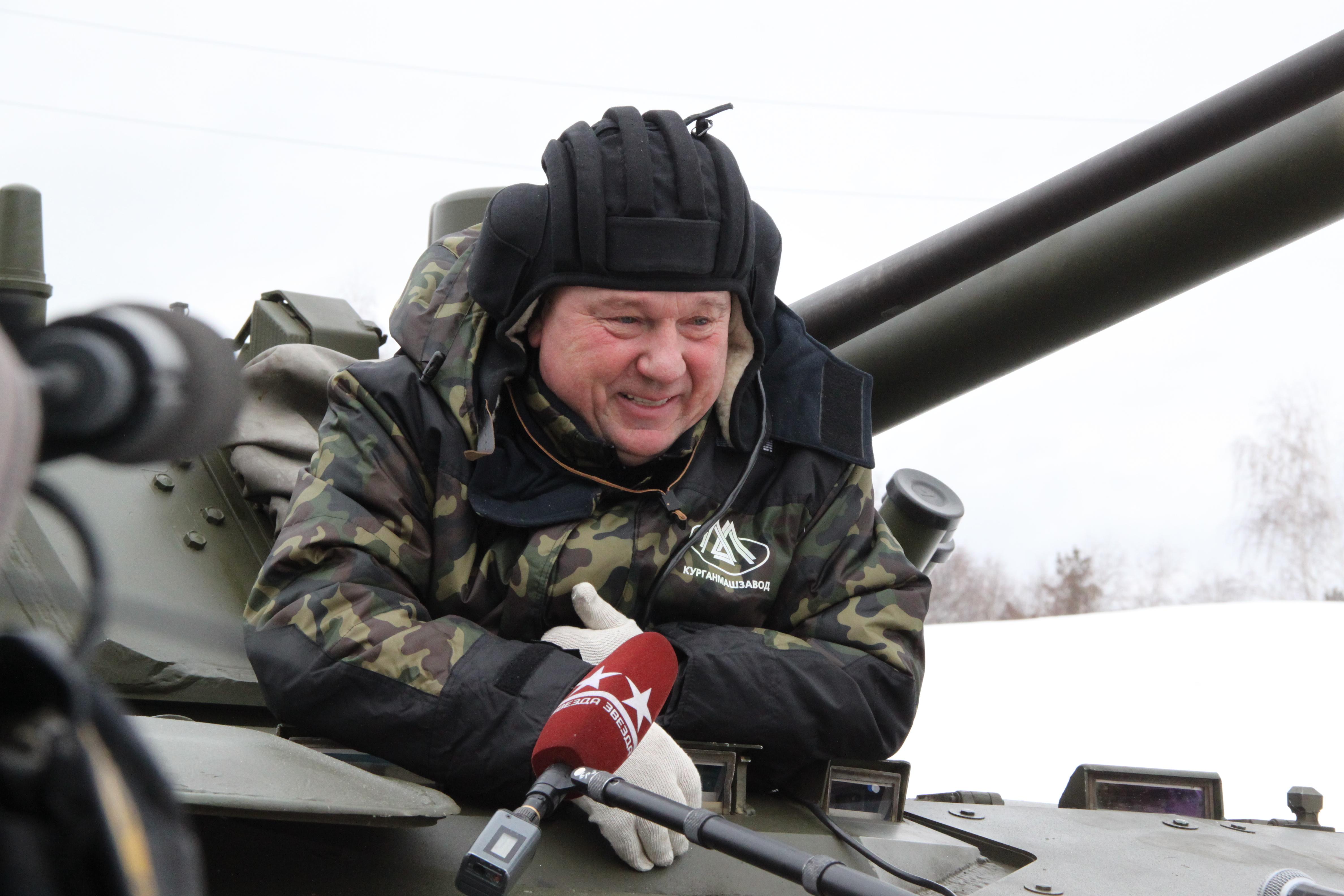Командующий ВДВ России Владимир Шаманов испытывает  БМД-4М в условиях заводского полигона. Источник: Концерн «Тракторные заводы» .