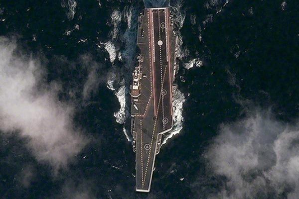 """Китайский авианосец """"Ши Лан"""" (экс-Варяг). Фото: DigitalGlobe"""