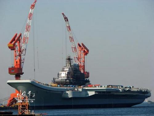 """Первый авианосец КНР «Ляонин», бывший """"Варяг"""" на заключительном этапе строительства."""