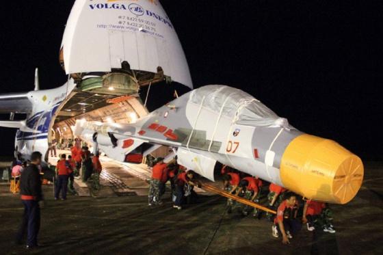 Прибытие истребителей Су-30МК2 на борту тяжелого транспортного самолета Ан-124-100 «Руслан»  на базу «Хасануддин» ВВС Индонезии в Макассаре. Источник: www.thejakartapost.com.