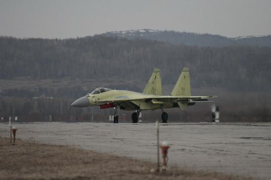 Первый серийный истребитель Су-35С, предназначенный для ВВС России.