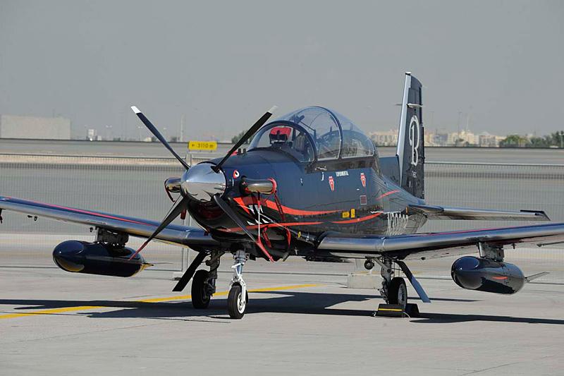 Учебный самолет T-6C Texan II. 12-й авиасалон Dubai Air Show. Фото с сайтов fightglobal.com и militaryphotos.net.