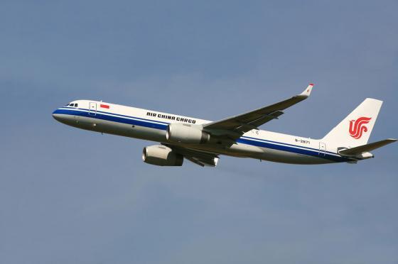 """Она стремится...  На снимке: грузовой самолет  """"Ту-204-120СЕ """" с логотипом авиакомпании  """"Эйр Чайна Карго """"..."""