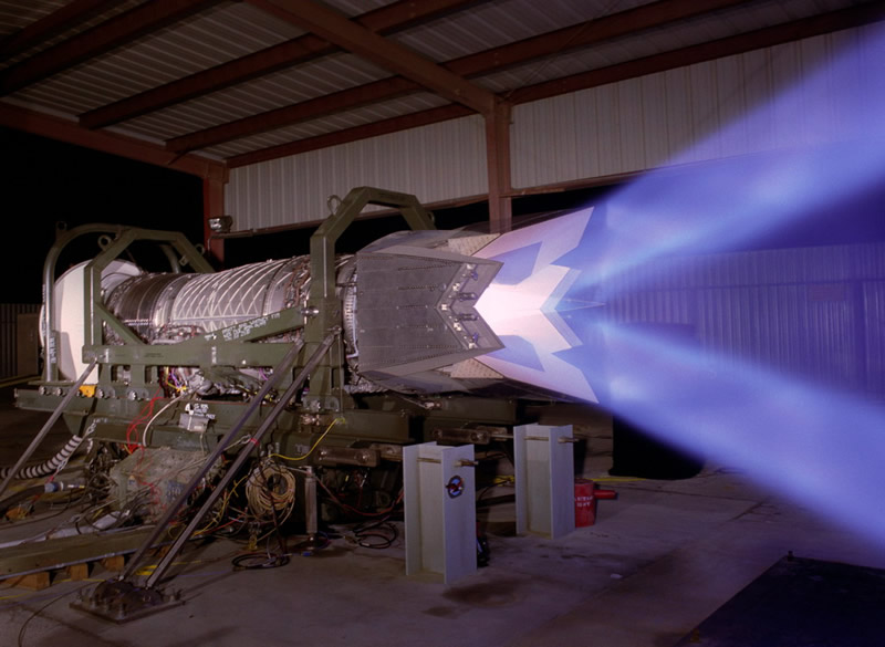 Американский авиационный турбореактивный двухконтурный двигатель с форсажной камерой и управляемым в вертикальной плоскости вектором тяги F119<br>Источник: http://www.zamandayolculuk.com/.