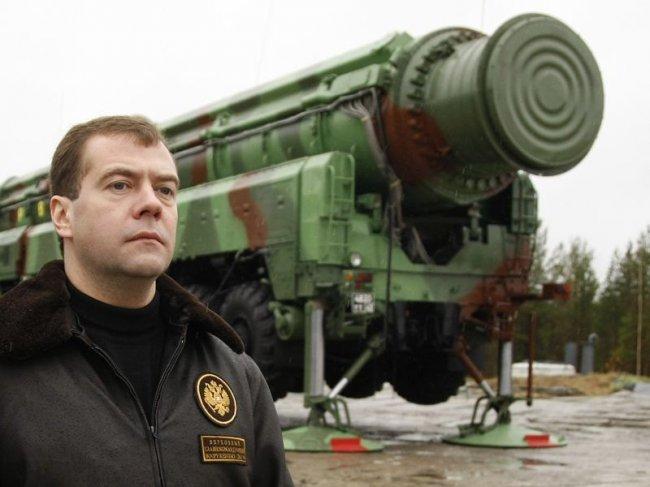 Д.А Медведев на фоне ПГРК «Ярс»
