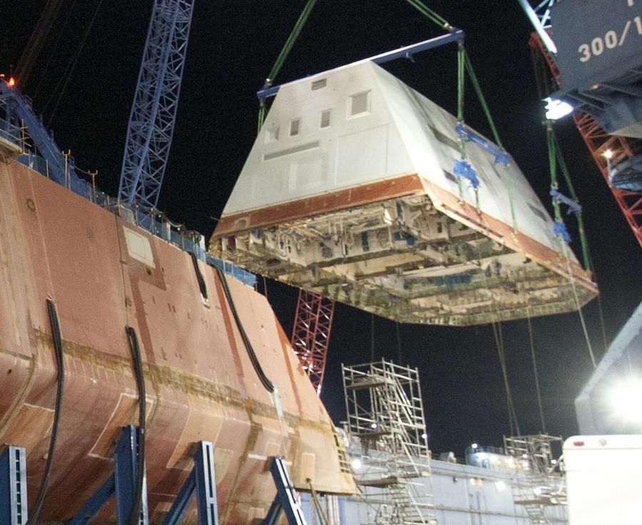 Установка надстройки на корпус строящегося эсминца Zumwalt (DDG1000).  14 декабря 2012г., верфь Bath Iron Works. Источник: blogs.defensenews.com
