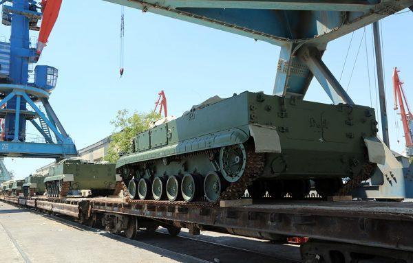 """Выгруженные в порту Баку очередные доставленные в Азербайджан боевые машины 9П157-2 и 9П157-3 самоходного противотанкового ракетного комплекса 9К123 """"Хризантема-С"""", июнь 2017 года."""