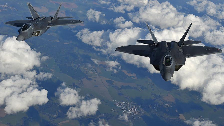 Американские истребители F-22 Raptor во время полета из Румынии в Великобританию, 2016 год.